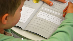 Lapsi tekee tehtäviä ruotsinkielisellä kielikylpyluokalla Vaasassa.