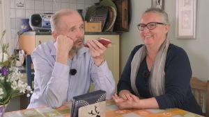 Kristian och Chamilla Sjöbacka ringer till Kenya