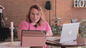 sarah tiainen håller digital gudstjänst