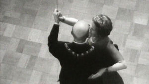 Prseidenttipari Kekkonen tanssin pyörteissä Linnan juhlissa 1959.
