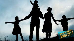 Kuva on varjokuva, jossa seisoo vanhemmat ja kolme lasta