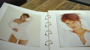 Ett uppslag av en porfolio som visar en kvinnlig fotomodell.