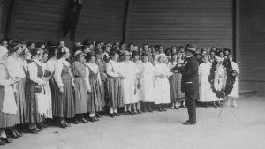 P.J. Hannikainen johtaa yhteiskuoroa Jyväskylän laulujuhlilla 1924.