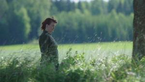Författaren Benita Backas-Andersson går längs allé