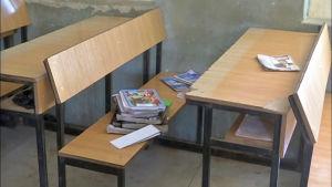 Tom skolklass. Läroböcker syns vid en pulpet.