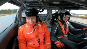 Topi Jylhä (vas.) ja Oskar Dahlbacka ajavat rallia Kemoran radalla.