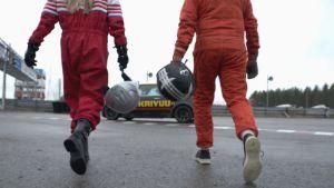 Juontaja Susanna Laine ja kauppias Topi Jylhä kävelevät kohti rata-autoa.