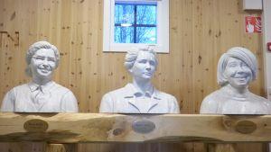 Tre vita byster, föreställande Rosa Parker, Marie Curie och Rosa Parker,