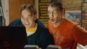 Samu (Juho Nummela) ja Joona (Joose Kääriäinen) innostuneina tietokoneen äärellä.