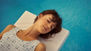 Marianne (Daisy Edgar-Jones) lepää aurinkotuolilla uima-altaan reunalla.