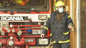 En man framför en brandbil.
