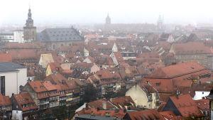 En vy över staden Bamberg i dimma.
