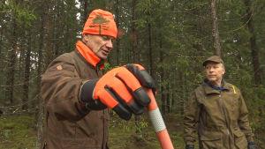 Två män i skogen.