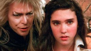 David Bowie peikkokuninkaan maskissa ja nuori Jennifer Connelly lähikuvassa.