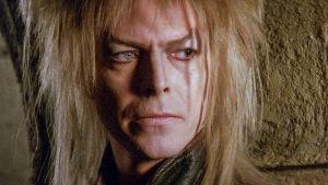 David Bowie peikkokuningas Jarethin roolissa lähikuvassa.