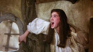 Jennifer Connelly huutaa pelästyneenä. Kuva elokuvasta Labyrintti.