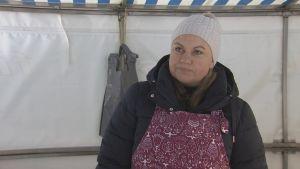 En kvinnlig fiskhandlare på Salutorget i Åbo.