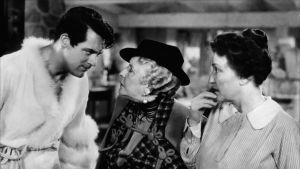 Cary Grant röyhelöaamutakissa. Kuva elokuvasta Hätä ei lue lakia.