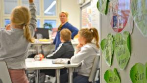 Opetustilanne ruotsinkielisessä kielikoululuokassa Vaasassa.