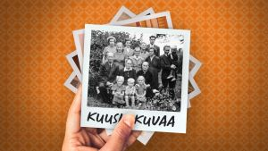 Psykoterapeutti Jussi Nissisen lapsuudenkuvassa sukua kesäisellä pihamaalla poseeraamassa kameralle.