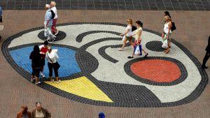 Konst som ritats på marken på en gata i Barcelona.
