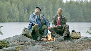 Iiro Viinanen (Pertti Sveholm) ja Esko Seppänen (Kari Heiskanen) retkellä elokuvassa Vasen ja oikea.