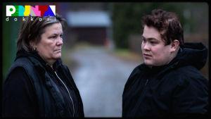Heli ja Tomi Kivilaakso seisovat tiellä