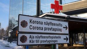 sairaalan kyltti ohjaa korona-näyttenottoon