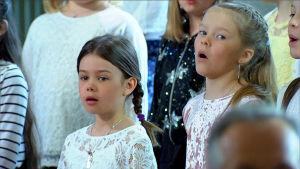 barn från närpes barnkör sjunger