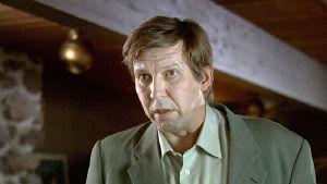 Martti Suosalo asianajajana elokuvassa Puolin ja toisin.