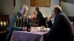 Esko Seppänen (Kari Heiskanen) ja Iiro Viinanen (Pertti Sveholm) keskustelevat ravintolassa elokuvassa Vasen ja oikea.