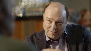 Iiro Viinanen (Pertti Sveholm) elokuvassa Vasen ja oikea.
