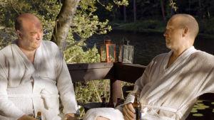 Iiro Viiinanen (Pertti Sveholm) ja Esko Seppänen (Kari Heiskanen) keskustelevat saunan jälkeen elokuvassa Vasen ja oikea.