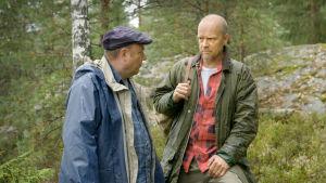 Iiro Viinanen (Pertti Sveholm) ja Esko Seppänen (Kari Heiskanen) metsäretkellä elokuvassa Vasen ja oikea.