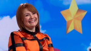 Laulaja Irina Puoli seitsemän -ohjelman sohvalla