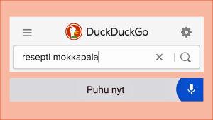Kuvakaappaus puhelimen DuckDuckGo-hakukoneesta, haettuna sanelemalla mokkapalareseptiä.