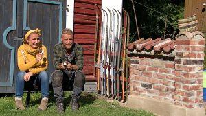Jim ja Lee puutarhassa.