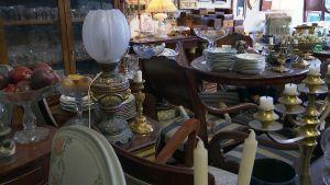 Ett rum fullt av gamla föremål