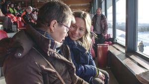 Unelma Lapista -sarjan Annamari ja hänen äitinsä istuvat ravikatsomossa.