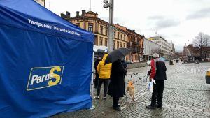 Valkampanj i Tammerfors, väljare utanför Sannfinländarnas kampanjtält.