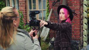 Kuparikettu-niminen tubettaja puhuu kameralle ja kuvaa videota.