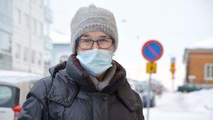 Iris Sjöström utomhus med munskydd på.