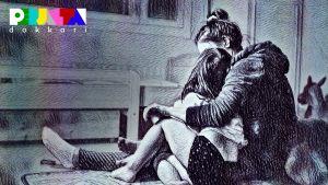 Lyijykynäpiirros äidistä, joka istuu lattialla ja halaa lastaan.