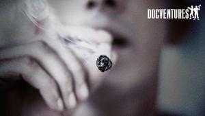 Tupakkaa polttava ihminen, tupakka pääosassa