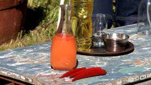 En flaska med orange vätska.