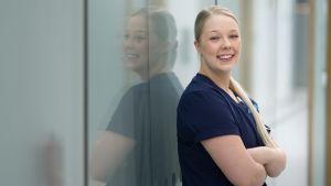 Sairaanhoitaja Tia Kallio työskentelee Kymenlaakson keskussairaalan päivystyksessä.