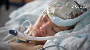 Hanna Alahäivälä makaa teho-osastolla tajuttomana.