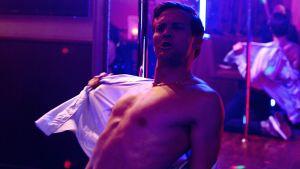 Tobias Santelmann som spelar Henrik i en scen där han poledansar.