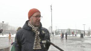En man intervjuas i Helsingfors centrum.