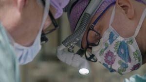 Kirurgit Junnu Leikola ja Willy Serlo tekivät harvinaisen kasvojen venytysleikkauksen 4-vuotiaalle Viljalle.